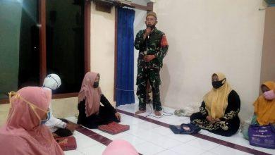 Photo of Babinsa Koramil 0817/01 Driyorejo  Aktif Memberikan Himbauan Pentingnya Laksanakan Protokol Kesehatan Pada Jamiah Tahlil di Mushollah AL Iklas