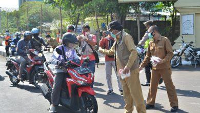 Photo of Bupati Gresik Kerahkan ASN Untuk Bagi-Bagi Masker di Jalan