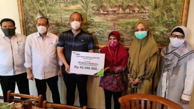 Photo of Ahli Waris Miftahul Khoir Bahagia dan Terharu Saat Mendapat Klaim BPJS Ketanagakerjaan
