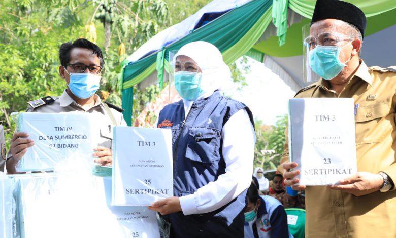 Photo of Serahkan Sertifikat Tanah Warga, Gubernur Khofifah Tekankan Pentingnya Legalitas Kepemilikan Hingga Ke Pelosok