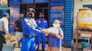 Photo of Satpolairud Polres Gresik Bagikan Bantuan Sembako Pada Warga Pesisir