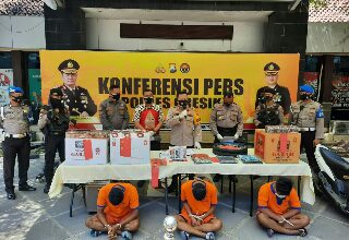 Photo of Tiga Tersangka pencurian Diborgol reskrim Polres Gresik