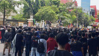 Photo of Aksi Bakar Ban dan Lempar Botol Warnai Demo RUU Cipta Kerja di DPRD Gresik