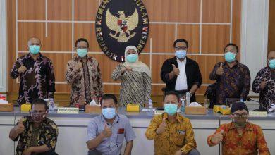 Photo of Gubernur Khofifah Antar Buruh Jatim Temui Menkopolhukam Sampaikan Aspirasi Omnibus Law