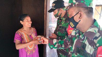 Photo of Jum'at Berkah, Koramil 0817 /01 Driyorejo  Bagikan Nasi Bungkus Pada Masyarakat Binaannya