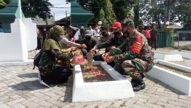 Photo of Mengenang Para Pahlawan, Yayasan Sunan Ampel Bersama Koramil Menganti Ziarah Dan Tabur Bunga Ke Taman Makam Pahlawan
