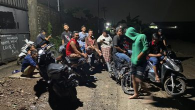Photo of Protes Jalan Rusak, Pemuda di Gresik Pasang 'Tidak Takut Corona tapi Takut Kejeglong