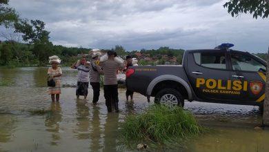 Photo of Bantu Korban Banjir, Polres Sampang Salurkan 10 Ton Beras