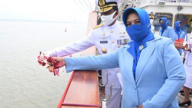 Photo of Dankodiklatal Bersama Ketua Gabungan Jalasenastri Laksanakan Tabur Bunga di Atas Geladak KRI Bima Suci