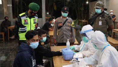 Photo of Hari Keenam PPKM Puluhan Pemuda Terjaring Ops Yustisi Di Manyar, 2 Reaktif