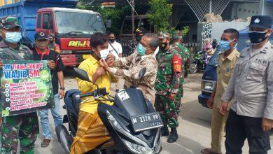 Photo of Bagikan Masker Kesehatan, Forpimcam Omben Himbau Pengunjung Pasar Patuhi Prokes