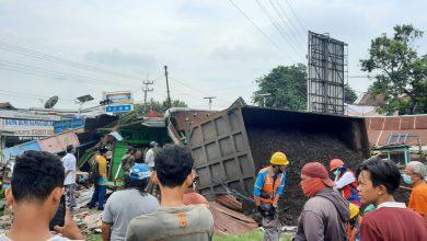Photo of Rem Blong, Truk Muatan Batu Bara Seruduk Tiga Warung, Satu Orang Mati