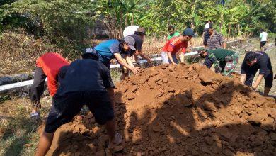 Photo of Menjelang Ramadhan Koramil Benjeng Mengajak Warga dan Mahasiswa Unesa Untuk Bersihkan Makam Desa