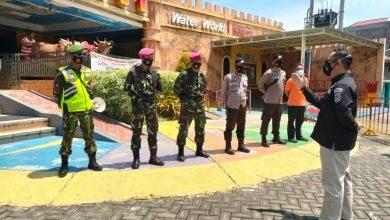 Photo of Tidak Ada Libur  KORAMIL 0817/06 Manyar  Terus Sampikan Protokol Kesehatan Di Tempat Wisata