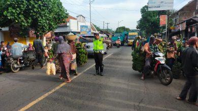 Photo of Commander Wish Pagi Polantas Lumajang Sambil Edukasi Protokol Kesehatan Kepada Pengguna Jalan