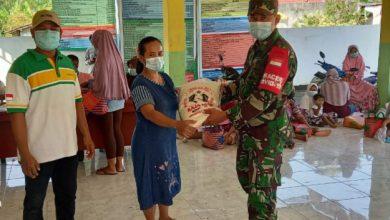 Photo of Babinsa  Deliksumber, Serda Bambang Dampingi Pendistribusian  BSP Agar Tepat Sasaran