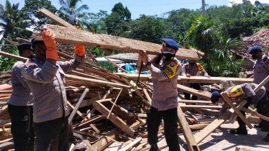 Photo of Dansat Brimob Polda Jatim Terjun Langsung Bagikan Sembako dan Bantu Masyarakat Bersihkan Reruntuhan Bangunan Pasca Gempa