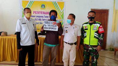 Photo of Sertu  Agus  Supriyadi  Dampingi Pendistribusian  BLT-DD TAHAP 1 Di  Desa Grejek  Kecamatan Tambak