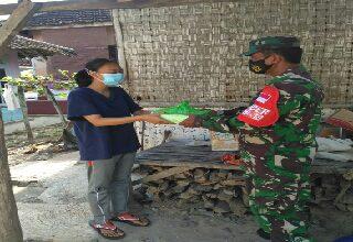 Photo of Ramadhan   Ditengah Masa Pandemi,  Koramil 0817/17 Sangkapura Bagikan Ratusan Takjil