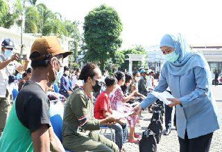 Photo of Beri Perhatian Wong Cilik, Gubernur Khofifah Berbagi 200 Paket Sembako