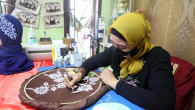 Photo of Jelang Hari Raya Idul Fitri 1442 Hijriah, UMKM Verrinza Design & Art Panen Orderan Jilbab dan Masker Lukis