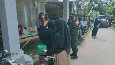 Photo of Babinsa Sangkapura  Keliling Wilayah Binaan Ingatkan Prokes