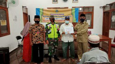 Photo of Babinsa Tambak  Dampingi Pendistribusian BLT-DD  Dengan Terapkan Prokes