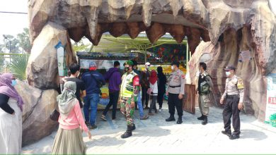 Photo of Babinsa  Menganti Pantau Prokes Di Wisata Lontar Sewu