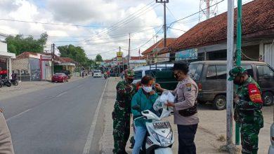Photo of Bukti Sinegritas Hadapi Masa Pandemi,TNI / POLRI Bagikan Masker Kesehatan Kepada Masyarakat