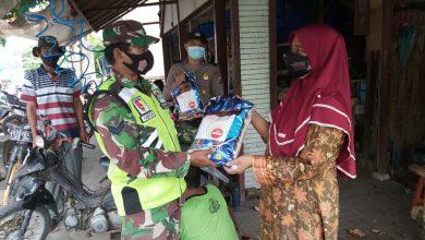 Photo of Satu Persatu Bantuan Sembako Mulai Disampaikan Kepada Warga Binaan Koramil Ujungpangkah