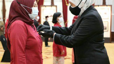 Photo of Gubernur Khofifah Sematkan Satyalancana Karya Satya 10, 20 dan 30 Tahun ASN Pemprov Jatim
