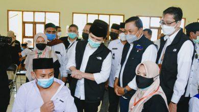 Photo of Tinjau Vaksinasi di STAI Hasan Jufri Bawean, Wagub Emil: Bukti Kehadiran Pemprov Jatim di Pulau Bawean