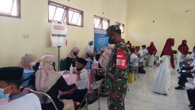 Photo of Dalam Pelaksanaan Vaksinasi Babinsa Sangkapura Banjir Pertanyaan Dari Para Pelajar